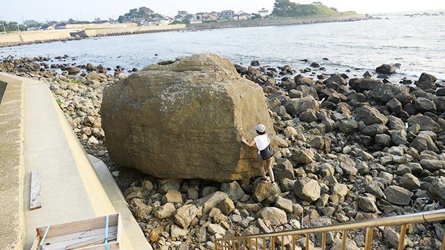 多くの人がススメてくれた唐戸石。高さ4.3メートルの大岩だ。