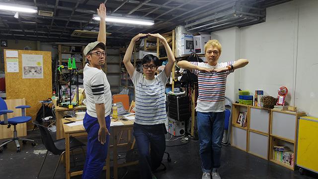 IoT三兄弟の記念写真。体でIoTを表現している