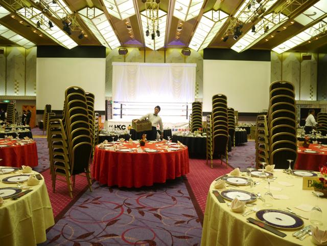 会場はおもてなしの準備中。綺麗にセットされた円卓が並ぶ。