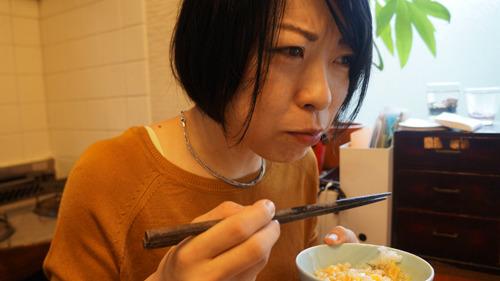 何か食べ比べの仕事をしているのだろうと理解したらしく、写真を撮ってくれた