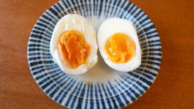 ゆで卵で見比べるとこんな感じ(左が「輝」)。黄身がほろほろとお菓子のようにくずれる…!