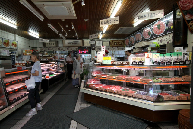 店内も広々としていて、お昼過ぎにも関わらず客が多い
