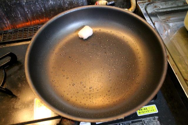 フライパンを熱し、牛脂を引く