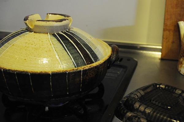 鍋で炊く。炊飯器が壊れたので普段から鍋で炊いている。吹きこぼれでコンロ周りが汚れるのでオススメはしない。