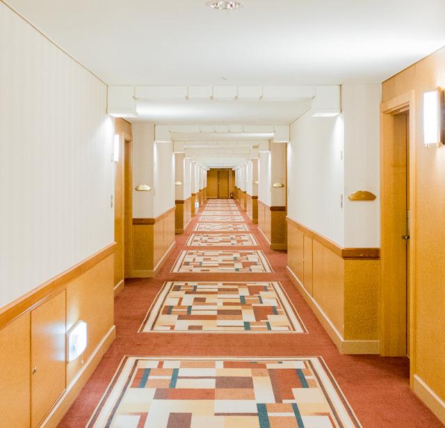 客室階の廊下。かっこいい。