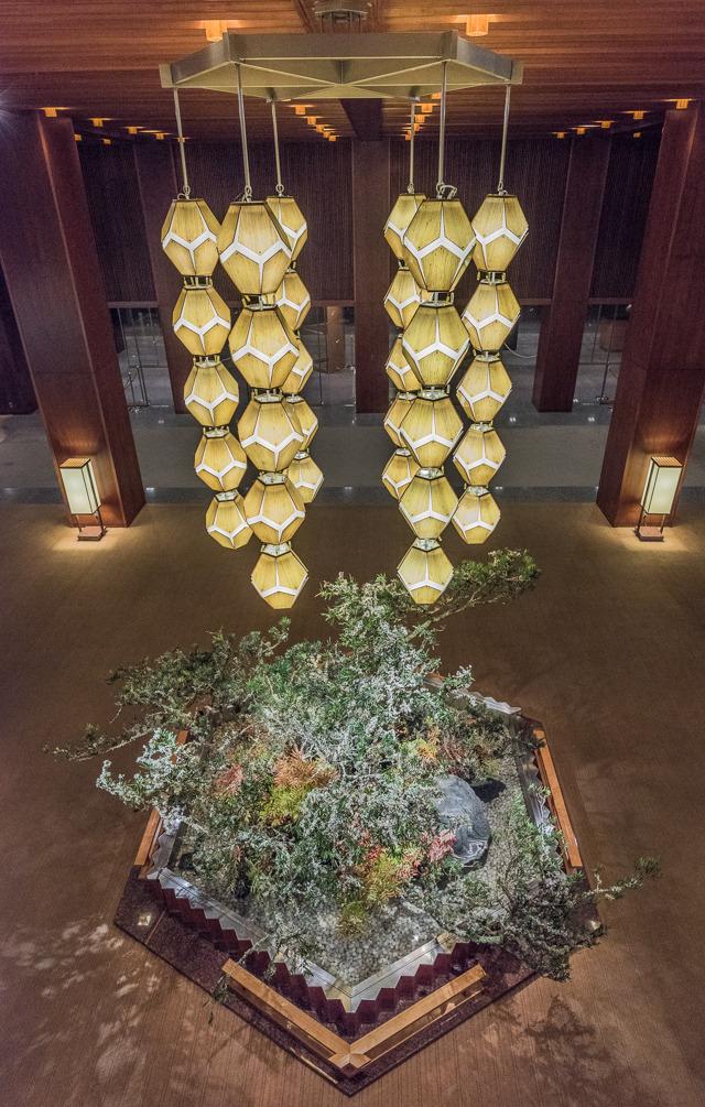 2階からロビーと反対、正面入り口方向を見たところ。この照明器具は再利用されるのだろうか。しないんならぼくにください。