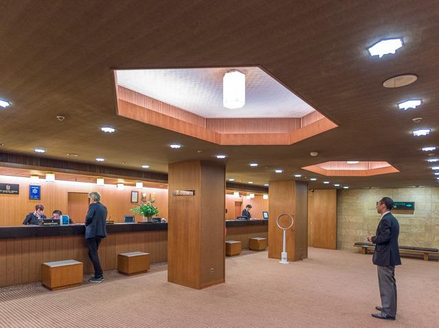 フロントなどの天井の彫り込みの形にも表れていたり、