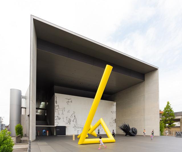 谷口吉生さん設計。丸亀の駅前にどーんとあって、びっくり。かっこいい。内部のデザインも、いたるところびしっと徹底されてて感動した。クール!