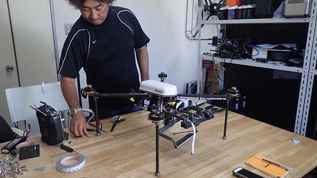 手伝ってくれる遠藤さんは前回のドローン制作でもお世話になった空撮のプロである。