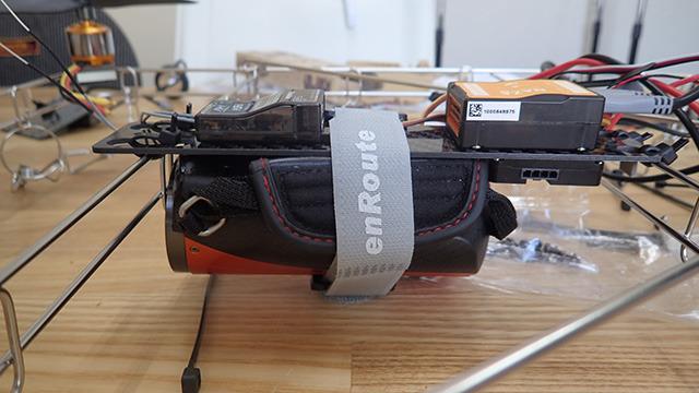 前回飛ばせられなかったビデオカメラも意地で搭載した。