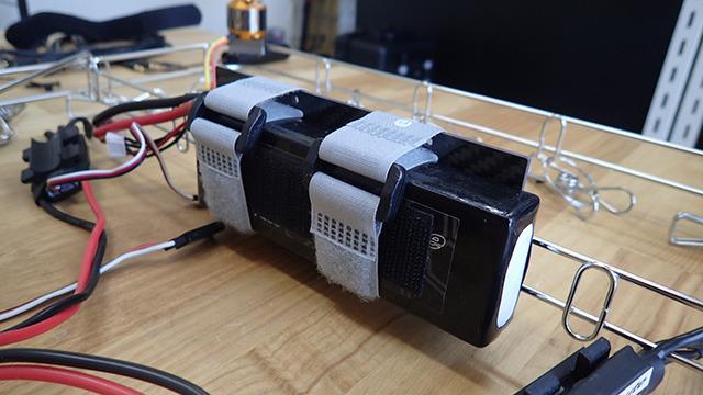 バッテリーは重いので取り付ける位置を慎重に決めた。