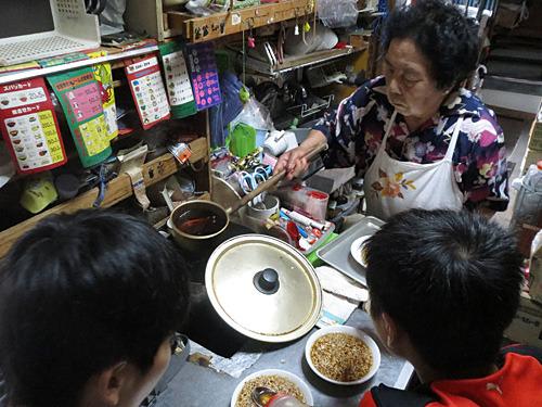 中央の鍋ではラーメンのスープらしきものが温められていた。