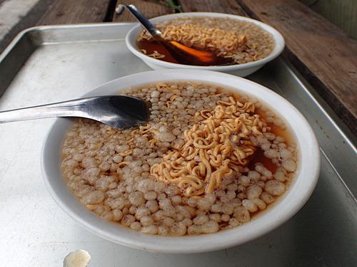 ラーメンの具に揚げ玉っていうのも珍しいけど、スープがノンオイルなので油っ気がうれしい。