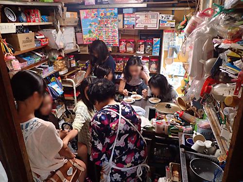 帰り際に店内を覗いたら、客が入れ替わって女子会になっていた。キラキラした目で「駄菓子屋めぐりが趣味なの?」と聞かれてなんだか恥ずかしい。