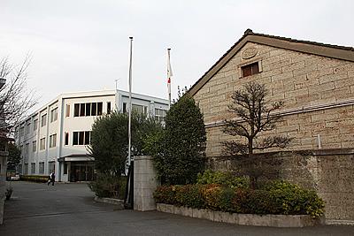 奥が現在の建物。とがった屋根はないものの、建物の形状に当時の名残がみてとれる。