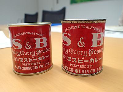 こんな物も見せていただきました。右は発売当初(1950年発売開始)の赤缶カレー粉。左が今の物。基本的なデザインは変わらず。