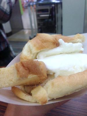 名古屋駅エスカ地下街から温かいメロンパンにアイス!(mikissさんより)