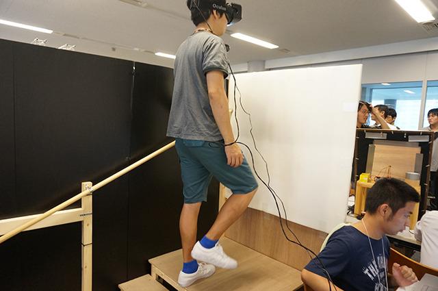 HMDが流行ってるという。これは階段が「もう1段ある」と思わせる装置。たった1段の仮想現実がクールだ。しかしあると思った階段がないのはなかなかにむなしいぞ。 【ステステ チーム:クオリティーオブエイト (早稲田大学)】