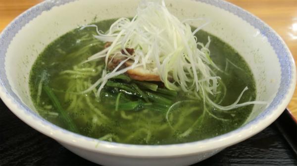 ほうれん草のペーストが溶け込んだスープにほうれん草が乗っている。「これでもか!」というぐらいのほうれん草推し。