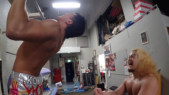 トレーニングする竹下選手を応援する福田選手。いつなんどきでも目立つ。