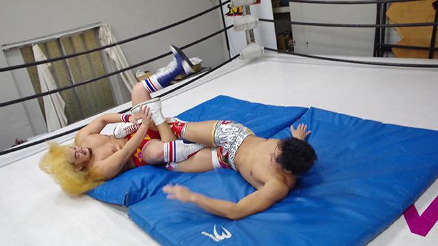 今度は福田選手が竹下選手に四の字固めをかける。