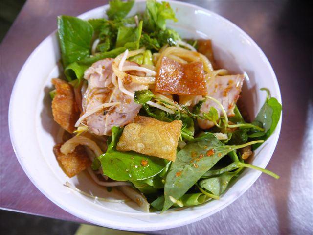 俺の好きなベトナム料理一位(タイ)のカオラウ、レモン汁とチリソースを落として混ぜて食べる。