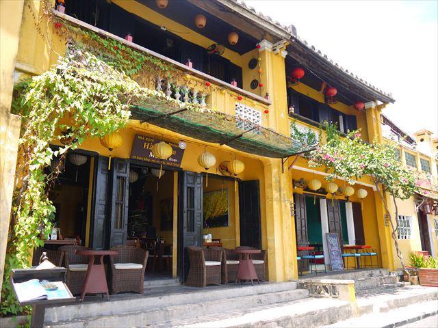 ホイアンの町並みは、この瓦屋根と黄色い壁、そしてランタンとプルメリアという花が揃えばほぼ完璧。