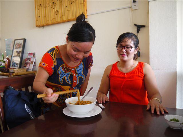 周りで見ていたベトナム人の皆さんも試食します。