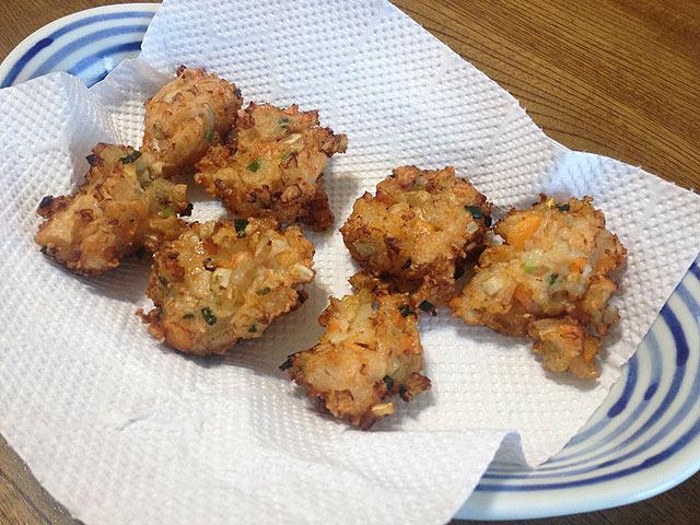 こちらは娘が保育園時代にもらったレシピを見て作った五目すり身揚げ。すり身に玉ねぎ、ゴボウ、コーンなどを混ぜて揚げたもの。すんごくうまい。