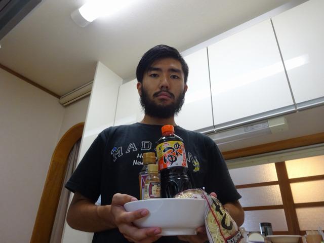 タレの材料、丼、麺を持って、突撃させていただいた。もちろん冷蔵庫には手をつけないでと頼んである