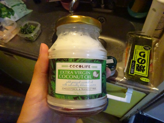 「これは?」「ココナッツオイル、油だよ」「よくわかんないけど、入れよう」