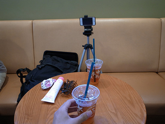 Behind the scenes shot #2 : Fixed a smartphone onto the tripod.