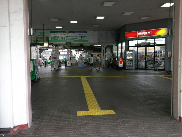JR横須賀駅コンコース。フラットなまま改札口に続いている