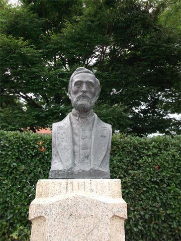 ヴェルニー公園内にあるフランソワ・レオンス・ヴェルニー像