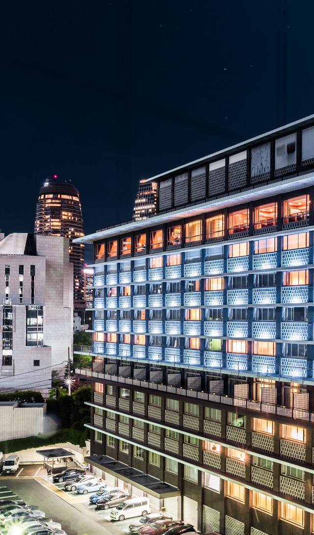 8月末で閉館したホテルオークラ東京に泊まった様子です。不思議な外壁も、ロビーの洒落た照明もすてき。この建築のよさをどう伝えるのかと筆者は悩みます。