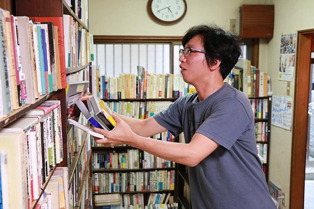 柳田国男のとなりにライトノベルが置いてあったりするがこれもまさかあの人の家から…!?