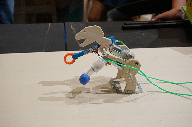 こちらも山口ミニヘボコンより。電動のキットを改造し空気圧のパンチを取り付けた、従来と逆方向のサイボーグ