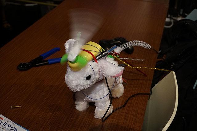 おもちゃのヤギさんをベースにありったけの装飾を追加。背後に見えるコントローラーは電気的には接続されていないが、持って動かすと「操作している気分になれる」