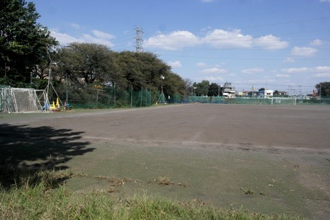 ふつうのサッカー場。むしろ乾いていることに驚く。