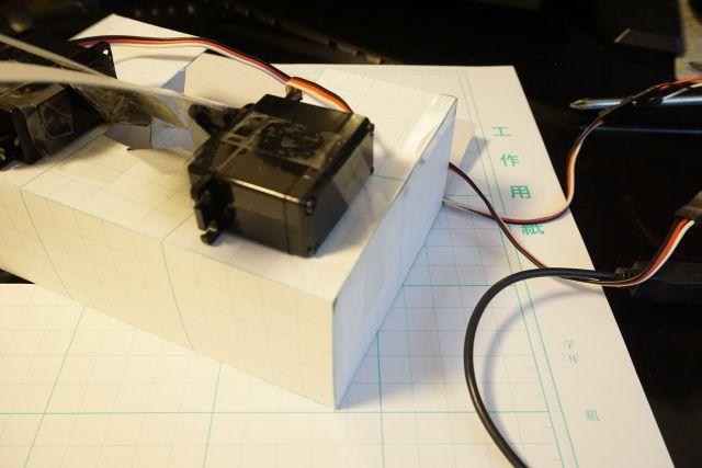 モーターは工作用紙で作った箱に置く。固定はセロテープで。