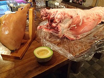 羊一頭、生ハム原木一本食べつくす宴会は40名以上3時間1人6000円から。メロンはメニューに無いので持ち込み。