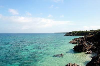 南西諸島の海岸。ターゲットはその岩場にいるらしいのだが、なかなか見つからない。