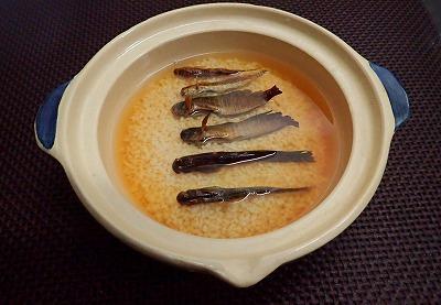 軽く焦げ目がつくまでしっかり焼き上げ、米と炊く。味付けはシンプルに酒と醤油のみ。
