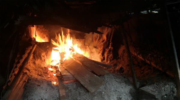 薪で風呂を沸かすスタイル。