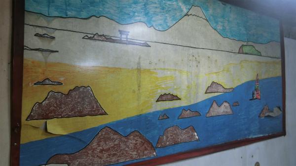 浴室に描かれている絵。ご主人のお兄さんの知り合いが湘南の海を書いたらしい。