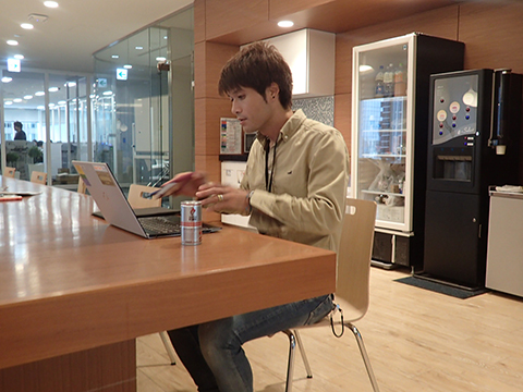 「仕事してるっぽく見せようとして結果として嘘くさい写真」東日本代表になれるクオリティ。