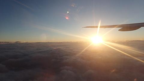 定時退社して飛行機から見る夕焼け、なかなかきれいだな。