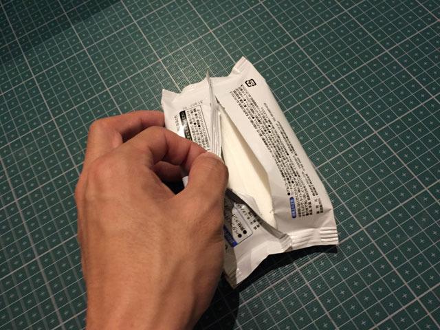 ウェットティッシュの袋の背面をカッターで割いて中身(ウェットティッシュ)を取り出す。