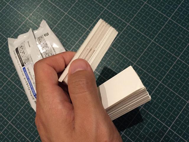 スチレンボードを切って重ね、ちょうどいい高さの塊を作り、最初に開けた背面の隙間から袋の両端に詰める。