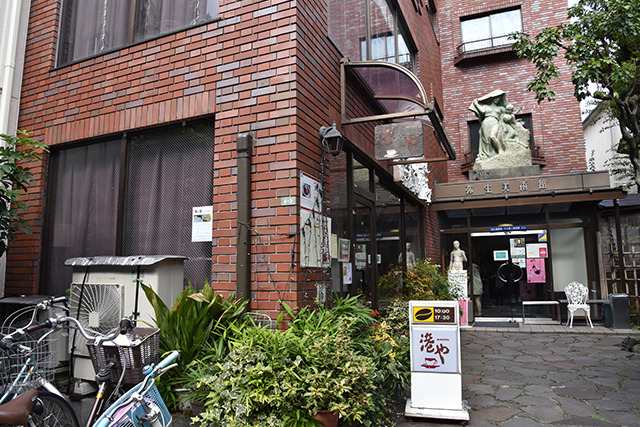 次は弥生美術館(竹久夢二美術館)の隣の喫茶店にお願いしてみる。ちょっとなら、とOKいただいた。